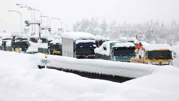 Heavy snowfall in Japan: जापान में भारी बर्फबारी में हुआ ट्रैफ़िक जाम, घंटों फंसे रहे 1000 वाहन,देखें तस्वीर