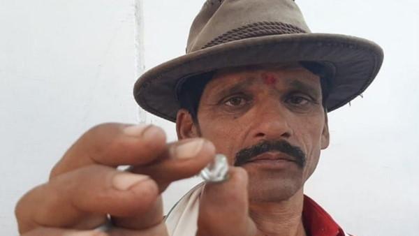 200 रुपए में पट्टे पर मिली जमीन से मालामाल हुआ किसान, खुदाई में मिला 60 लाख रुपए का हीरा
