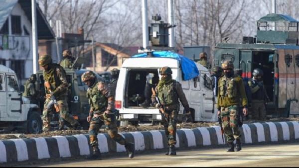 जम्मू-कश्मीरः त्राल में सुरक्षाबलों और आतंकियों के बीच मुठभेड़, 3 आतंकी ढेर
