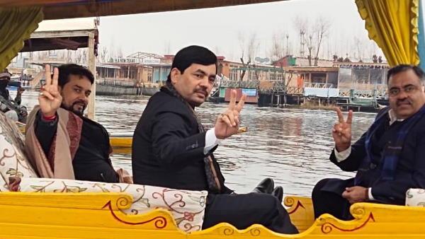 ये भी पढ़ें- जम्मू कश्मीर: डल झील में रैली निकाल रहे थे भाजपा नेता, बर्फ जैसे पानी में पलट गई नाव, कई पत्रकार भी थे साथ