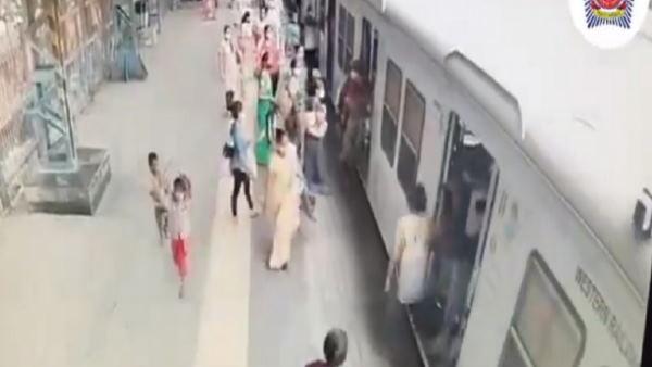 ये भी पढ़ें-VIDEO: चलती ट्रेन में चढ़ते हुए गिरा शख्स, कांस्टेबल ने दिलेरी दिखाते हुए ऐसे बचाई जान