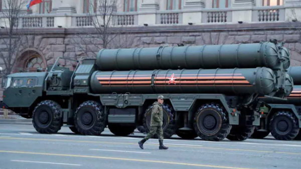 भारत ने रूस से S-400 वायु रक्षा प्रणाली खरीदी तो अमेरिका लगा सकता है पाबंदियां: रिपोर्ट