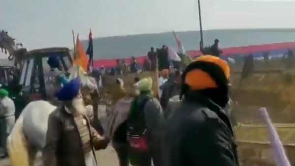 ये भी पढ़ें- VIDEO: गणतंत्र दिवस पर ट्रैक्टर रैली करते किसानों ने दिल्ली में घुसने के लिए पुलिस-बैरिकेड्स तोड़े