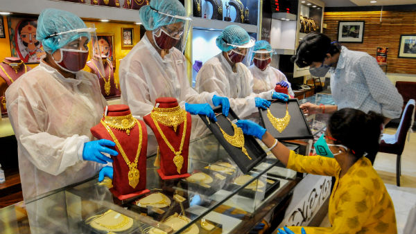 Gold Rate: हफ्ते के आखिरी कारोबारी दिन धड़ाम हुआ सोना, चांदी की चमक पड़ी फीकी, जानें आज का ताजा भाव