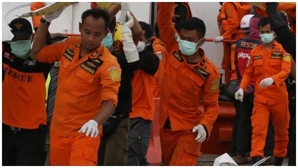 इंडोनेशिया विमान क्रैश: दुर्घटना स्थल पर मिले बॉडी पार्ट्स, समुद्र से निकाले जा रहे हैं मलबा, 62 लोग थे सवार