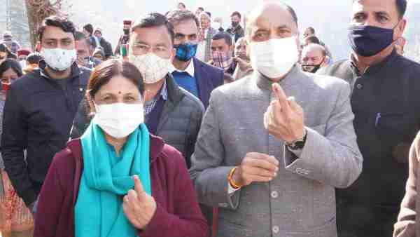 cm Jairam Thakur along with his wife casts vote in Mandi