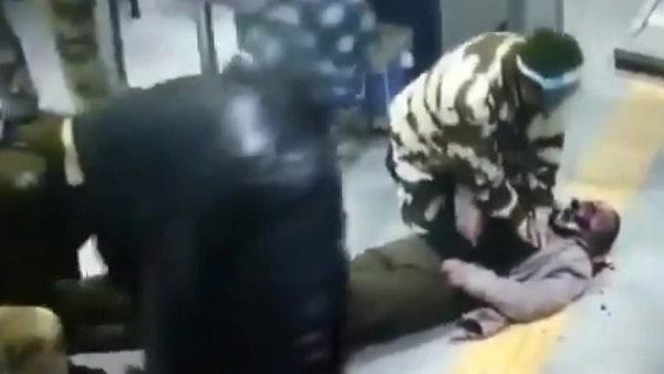 मेट्रो स्टेशन पर अचानक बेहोश होकर गिरा यात्री, CISF जवान ने इस ट्रिक से बचाई जान, सामने आई CCTV फुटेज