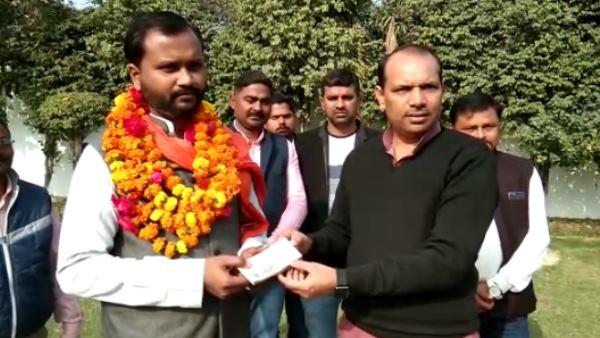 आप MLA सोमनाथ भारती पर स्याही फेंकने वाले शख्स को कांग्रेस के बागी विधायक ने किया सम्मानित
