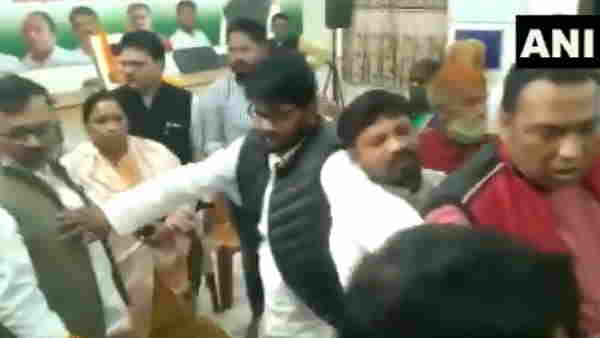 ranchi congress bhawan verbal spat between congress workers