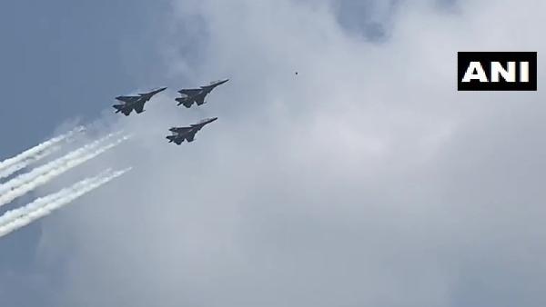 Aero India में 'मेड इन इंडिया' का जलवा, पहली बार आत्मनिर्भर फॉर्मेशन में दिखे विमान