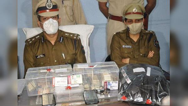 सूरत में हुई सरेआम लूट, पुलिस ने कुछ ही घंटों 2 धरे, 15.77 लाख रुपए समेत 2 बाइकें बरामद कीं