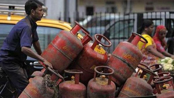LPG Gas Price: फरवरी में फिर बढ़े एलपीजी गैस सिलेंडर के दाम, 25 रुपये हुआ महंगा, जानें अब कितना रेट
