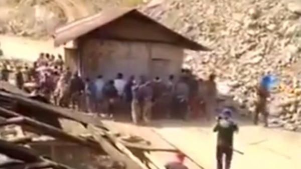 VIDEO: समान शिफ्ट होते देखा होगा, यहां देखिए कैसे पूरा घर ही हाथ से उठाकर इधर से उधर कर दिया गया