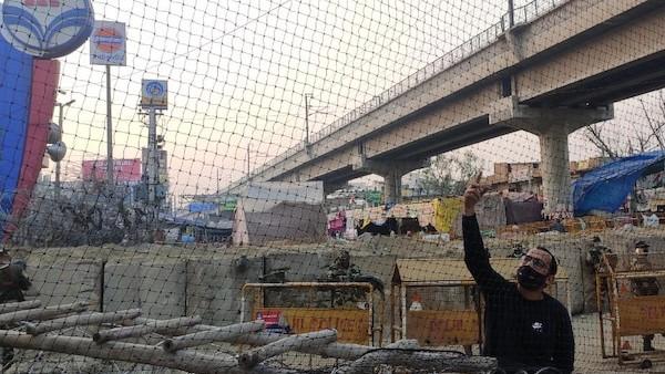 Farmer Protest: दिल्ली के टिकरी बॉर्डर पर पत्थरबाजों से बचने के लिए पुलिस ने लगाया जाल