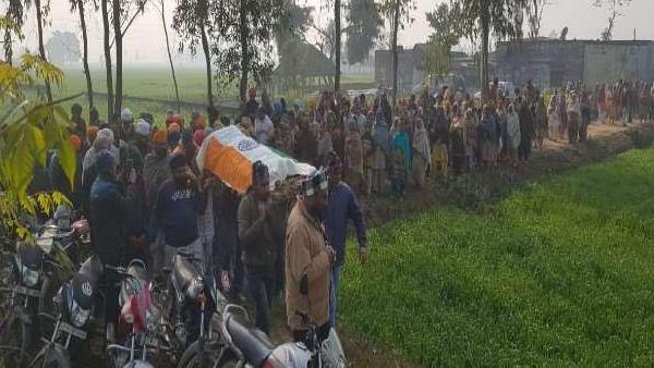 पीलीभीत: आंदोलन में शामिल होने गए किसान की संदिग्ध मौत, तिरंगे में शव लपेटने को लेकर पिता-पत्नी पर FIR