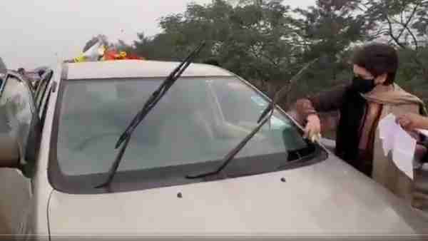 Watch Priyanka Gandhi cleaning windscreen glass of her car after accident