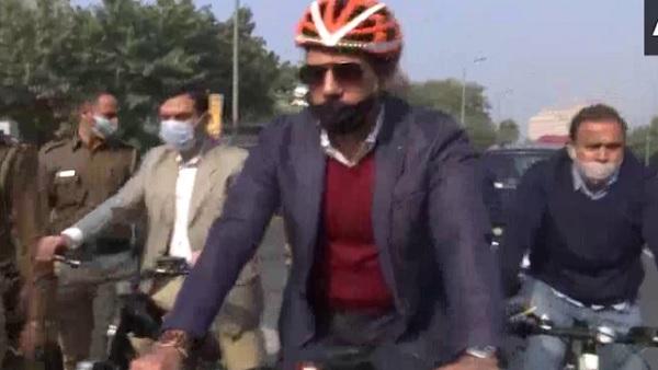 पेट्रोल-डीजल की बढ़ी कीमतों के विरोध में रॉबर्ट वाड्रा साइकिल चला पहुंचे ऑफिस, कहा- PM मोदी AC कार से बाहर आइए