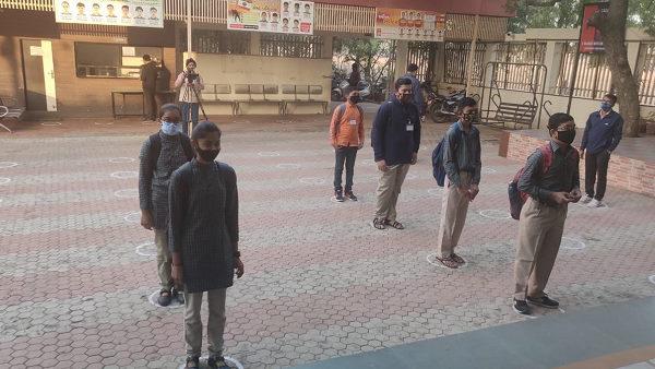 गुजरात में 9वीं-11वीं के विद्यार्थियों के लिए स्कूल खुले, घर से खाना-पानी लाना होगा, मास्क जरूरी