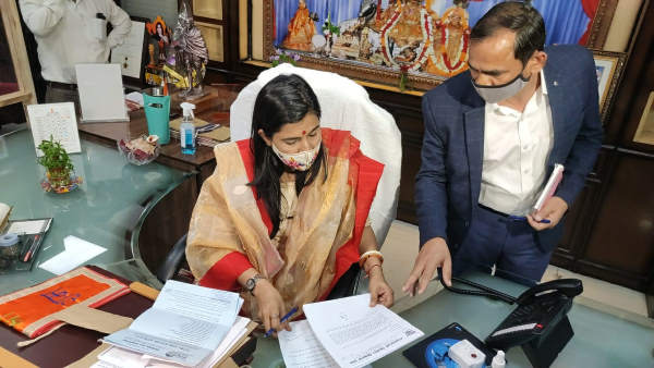 Soumya Gurjar: Jaipur Greater Municipal Corporation Mayor arrives at office 14 days after birth of son