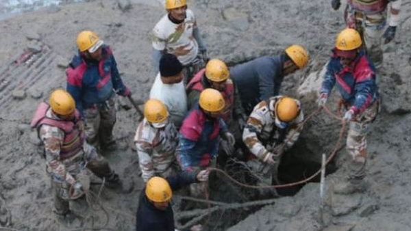 इसे भी पढे़ं- उत्तराखंड: टनल में फंसे 12 लोगों की फोन ने बचाई जान, बाहर निकले शख्त की आपबीती सुन फट जाएगा कलेजा