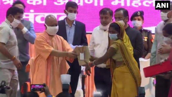 UP: महिला दिवस पर मिशन शक्ति के दूसरे चरण का आगाज, सीएम योगी ने महिलाओं को किया सम्मानित