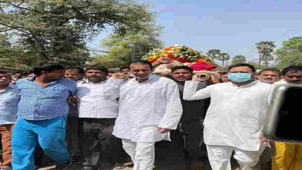 बिहारः लालू प्रसाद के बड़े भाई के अंतिम संस्कार में शामिल हुए तेजस्वी और तेजप्रताप