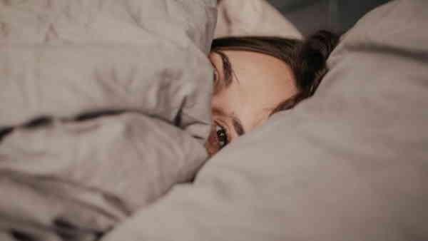 रात में लाइट जलाकर सोने की आदत तो नहीं, जान लीजिए शरीर के लिए कितना नुकसानदायक ?