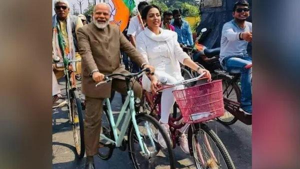 Fact Check: क्या असली है पीएम मोदी और पामेला गोस्वामी की साइकिल रैली की फोटो? जानें सच