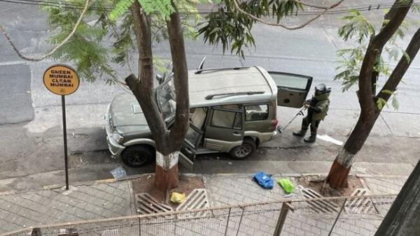 इसे भी पढ़ें- मुकेश अंबानी थ्रेट: PPE किट पहने CCTV में कैद हुआ संदिग्ध, फडणवीस ने की ऑफिसर के गिरफ्तारी की मांग