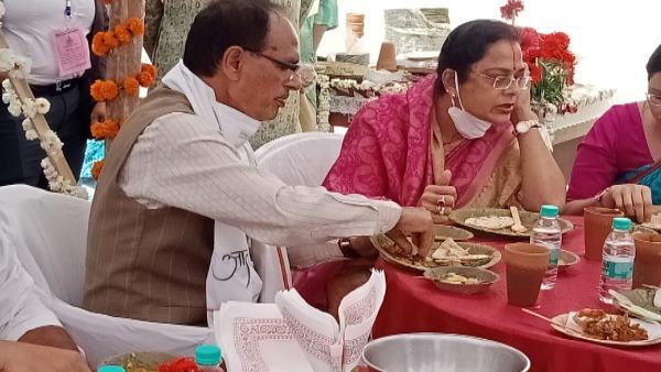 सीएम शिवराज सिंह चौहान व पत्नी साधना सिंह ने 'दीदी कैफे' में किया दोपहर का भोजन