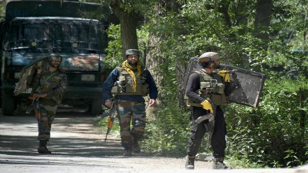 जम्मू कश्मीर: शोपियां में मुठभेड़, सुरक्षा बलों ने 3 आतंकियों को किया ढेर, 1 ने किया आत्मसमर्पण