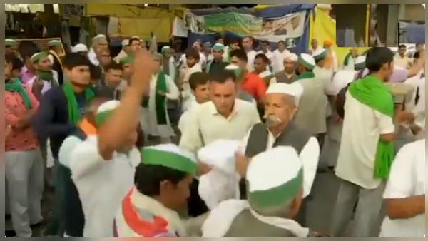 आंदोलन में होली: गाजीपुर बॉर्डर पर जमे किसानों ने नाच-गाकर लगाया आपस में रंग, 'कृषि कानून' जलाए VIDEO