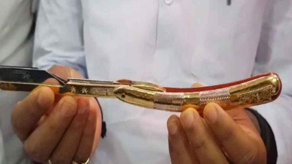 पुणे: इस सैलून में 4 लाख के सोने के उस्तरे से होती हैं सेविंग, खर्च करने होंगे सिर्फ 100 रुपए