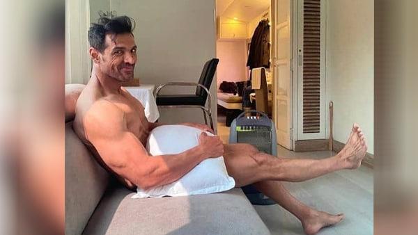 रूम में बैठे जॉन अब्राहम ने शेयर की न्यूड फोटो, बताया किसका कर रहे हैं इंतजार, देखिए तस्वीरें