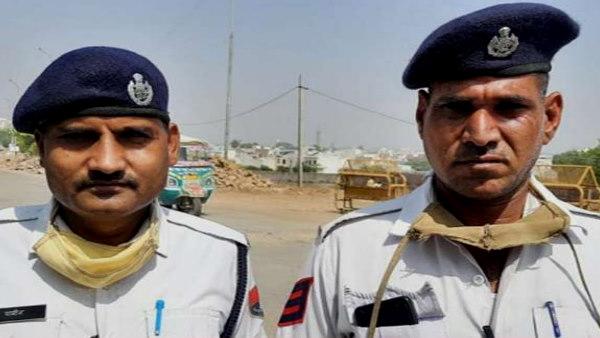 KOTA : यातायात पुलिसकर्मियों ने अपनी जान पर खेलकर बचाई वृद्धा की जिंदगी, सब कर रहे इनकी तारीफ