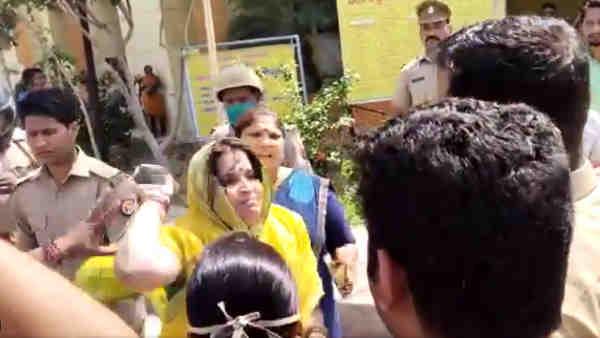 ये भी पढ़ें:- Mathura: बीजेपी और आरएसएस कार्यकर्ताओं ने पुलिसकर्मियों को पीटा, दो सस्पेंड, पांच पर मुकदमा