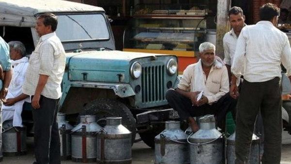किसानों का ऐलान- सरकारी-सहकारी संस्थाओं को अब 100 रुपए लीटर बेचेंगे दूध, CM खट्टर को नागवार गुजरा