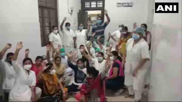 ये भी पढ़ें:- प्रयागराज: मोतीलाल नेहरू मेडिकल कॉलेज में नर्स को कमरे में बंद कर पीटा, डॉक्टर निलंबित