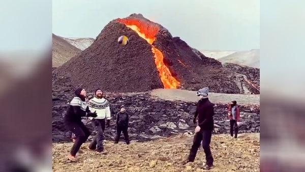 VIDEO: ज्वालामुखी से बह रही है आग की नदी, सामने बेपरवाह लोग खेल रहे थे वॉलीबॉल, मौत को दावत