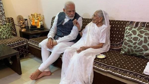 PM मोदी की मां हीराबेन को लगाई गई कोरोना वैक्सीन की पहली डोज