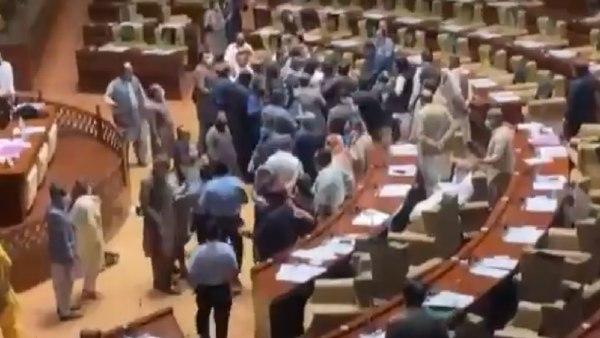 VIDEO: अपने मन से वोट डालना चाह रहे थे इमरान खान की पार्टी के नेता, असेंबली में ही हुई बेरहमी से पिटाई