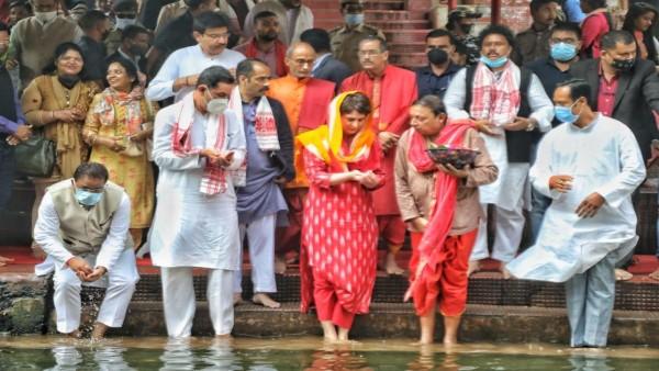 कांग्रेस महासचिव प्रियंका गांधी वाड्रा ने गुवाहाटी के कामाख्या मंदिर में की पूजा  अर्चना | Priyanka Gandhi Vadra offered prayer at Kamakhya Temple in Guwahati  - Hindi Oneindia