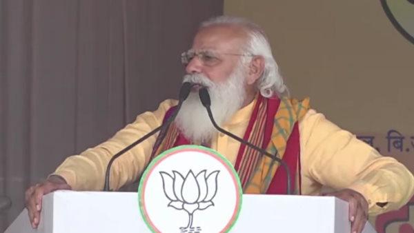असम: रैली के दौरान बेहोश हुआ भाजपा कार्यकर्ता, पीएम मोदी ने मंच से खुद भेजी अपनी मेडिकल टीम