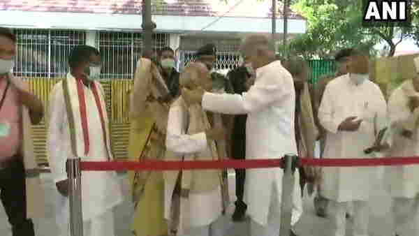 ये भी पढ़ें: छत्तीसगढ़ः CM भूपेश बघेल ने कोबरा जवान को रिहा कराने वाले प्रतिनिधियों का किया सम्मान