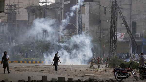 पाकिस्तान में आग उगल रहे कट्टरपंथी, France ने अपने नागरिकों को देश छोड़ने को कहा
