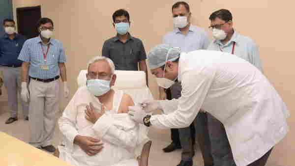 बिहारः CM नीतीश कुमार ने ली कोरोना वैक्सीन की दूसरी डोज, दोनों डिप्टी सीएम ने भी लगवाया टीका