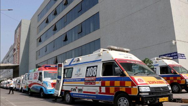एशिया के सबसे बड़े सिविल हॉस्पिटल में भी जगह कम पड़ी, 70 एंबुलेंस बाहर ही खड़ी