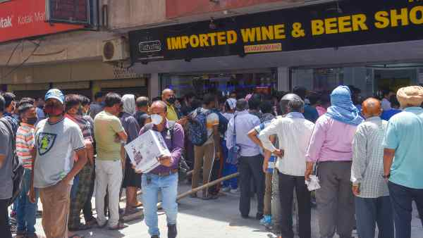Keep the liquor shop open, we will be saved from going to the hospital,video of a woman who came to Delhi to buy alcohol