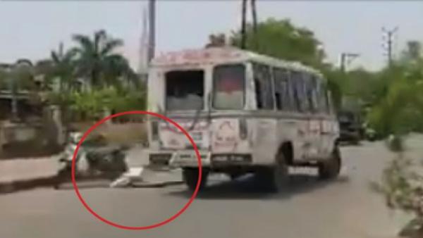 उफ ! अब लाशें भी नहीं संभाली जा रही, विदिशा में चलती एम्बुलेंस से सड़क पर गिरा Covid-19 पॉजीटिव का शव