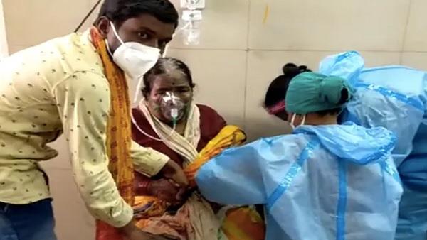 महाराष्ट्र: कोरोना मरीजों को अस्पताल में नहीं मिल पा रहा है बेड, कुर्सी पर बिठाकर दिया जा रहा है ऑक्सीजन